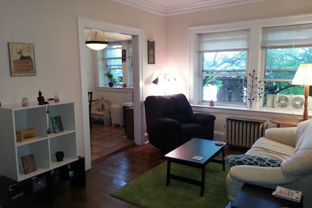 Cozy, clean apartment in a great location! - Lakás