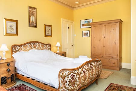 Large double bedroom with ensuite  - Bed & Breakfast