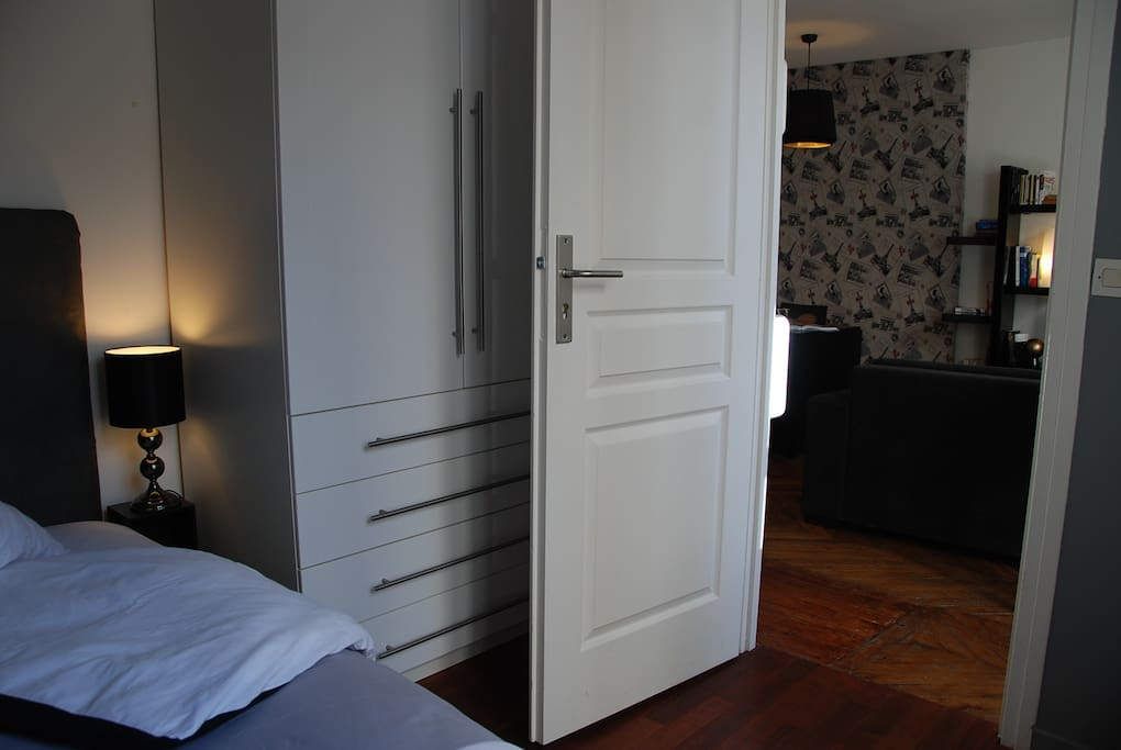 Grande armoire dans la chambre à coucher / Closet in the bedroom