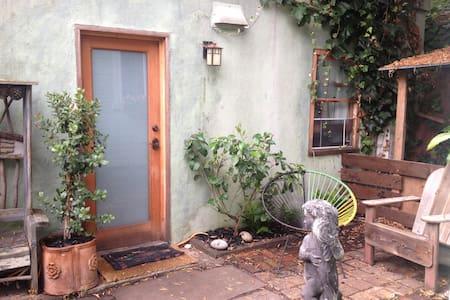 1 Bedroom Garden Cottage (J) - Berkeley - House