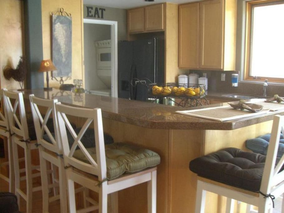 6 barstools and granite countertops