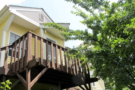 Studio Apartment with Private Deck - Rumah