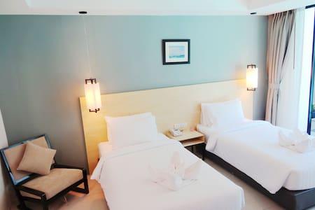 Twin room with pool view - Wikt i opierunek