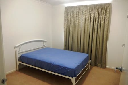 Spacious Room with Plenty of Storage Space - Tarneit - House