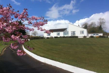 Hilltop View, Pettigo, Co Donegal, - County Donegal - Pousada