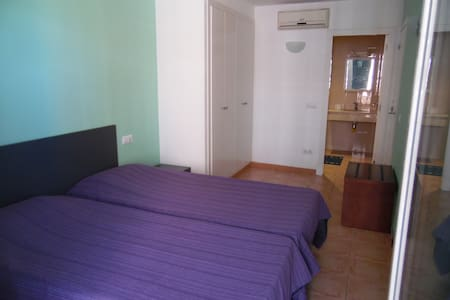Double room with private bathroom - Leilighet