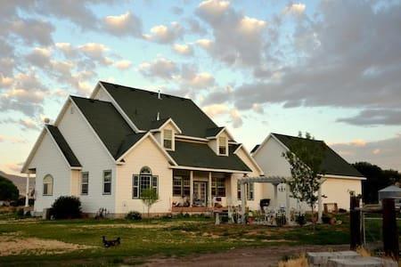 Victorian Farm large Guest Rm  - Ev