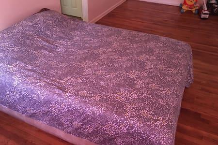Queen Size Bed - Lakás