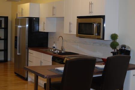 Queen St Downtown Charlottetown #3 - Lägenhet