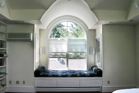Simon's Place: Cozy, Intown, Sunny - House