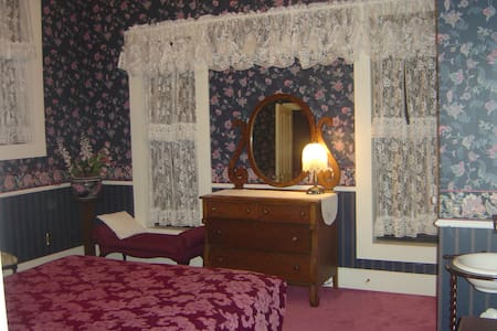 Plush Room Private Bath Queen Bed 4 - Bed & Breakfast