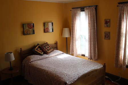 Charming room in historic Salem - House