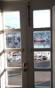 Bedroom and bathroom in Luarca Harbour. - Dom