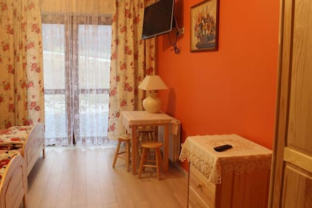 warm orange room - Jasienica - Huis