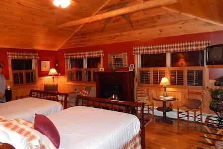 Bear Room-Adirondack Waterfront B&B - Saranac Lake - Bed & Breakfast