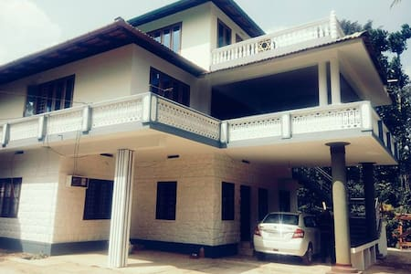 Stay with a Historian (4 Bed room house ) - Meenangadi