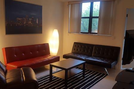Private Room In a Friendly Home. - Miami