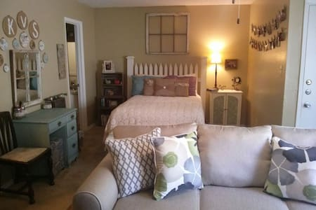 Studio Appartment less than two miles from Kyle Field. Comfortable Full size bed, couch and an air mattress available upon request. Full kitchen and a quite neighborhood. Non smoking no pets. Perfect for game day, parents weekend, graduation or just because!