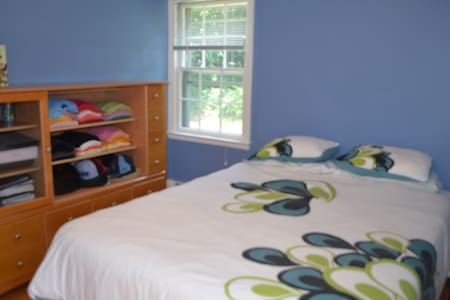 Simsbury Private Bedroom - Bed & Breakfast