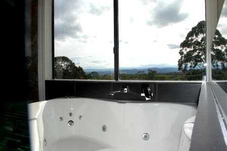 Romantic Getaway, Spa & Fireplace - Badger Creek - Appartamento