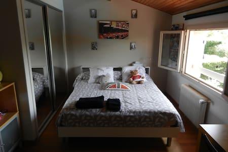 Chambre calme dans villa avec jardin et piscine - Vila