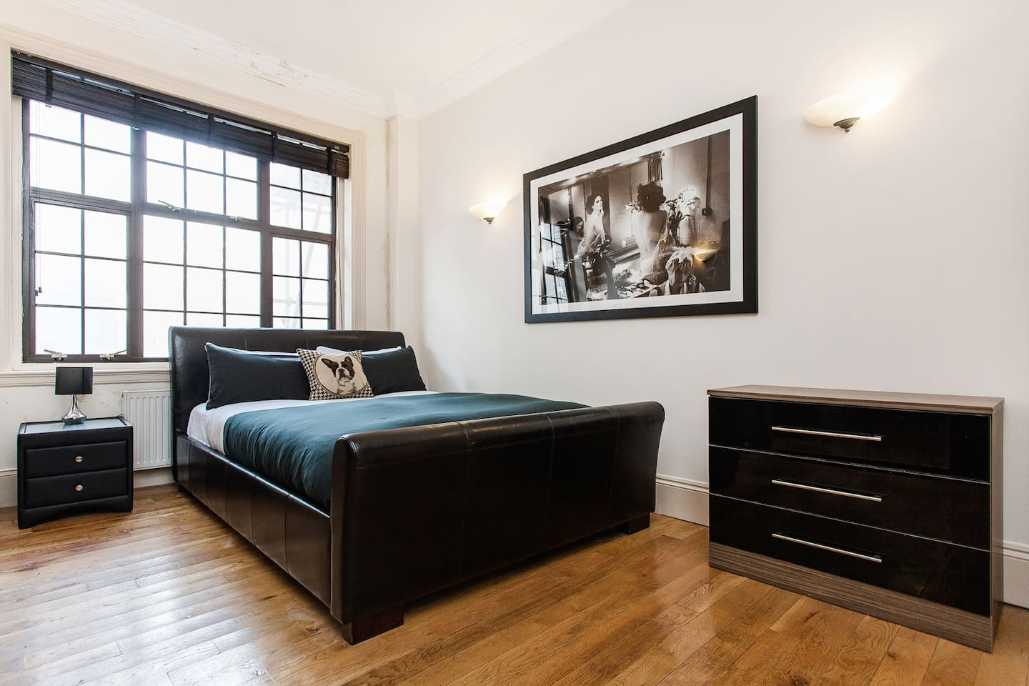 Large bedroom with luxurious king size bed (memory foam mattress)