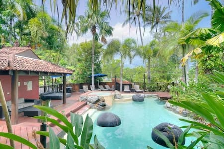 Self-managed apartment in the award winning Hibiscus Resort at bargain prices!! Central location! The resort has a beautiful Balinese look and is set in lush tropical gardens. Two large inviting pools with floating bean bags & pool-side lounges.