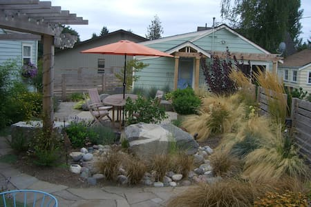 Quaint cottage with water view - Bremerton - Casa