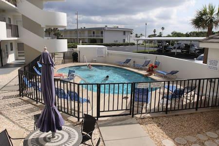$650 Oceanview, private beach, & pool - Ormond Beach - Apartment