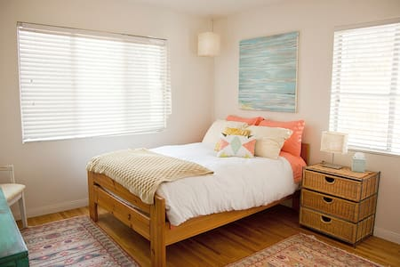 Artsy Rural Charming Home - Oak View