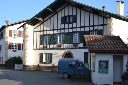 Maison Etxe-Berria (A) - Penzion (B&B)