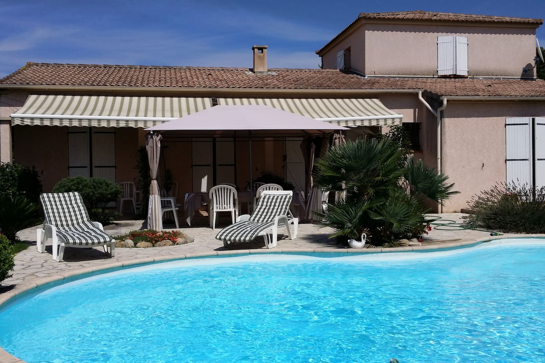 Vue d'ensemble terrasse/piscine