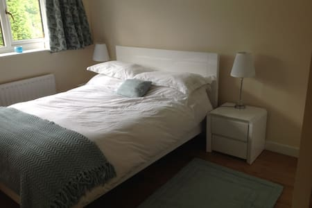 Double room in lovely house - Royston - Rumah