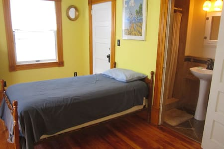 Twin Bdrm, .8 Miles from U-M Campus