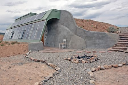Brand New Studio Earthship - Hus