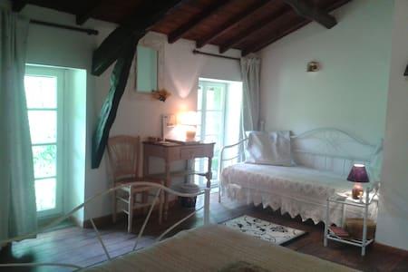 """Chambre d'hôtes """"la provençale"""" - Viviez - Bed & Breakfast"""