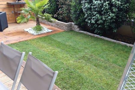 Appartement avec terrasse et jardin - Leilighet