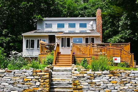 Sweet New England Lakefront Home! - Huis
