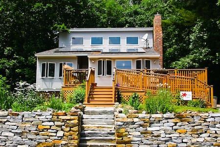 Sweet New England Lakefront Home! - Ház