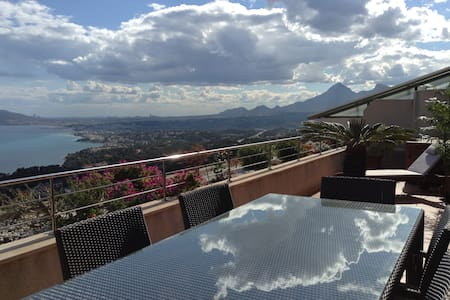 3-bedrms Penthouse with sea views - Appartement