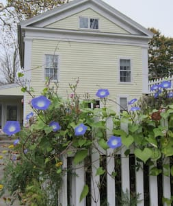 Bed and Bath in a 1840's farmhouse  - falls village - Bed & Breakfast