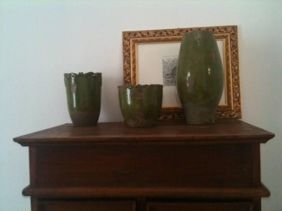 """Vasi sulla cassettiera e la """"tartaruga portafortuna"""" del pittore Caruso."""