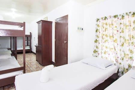 Dorm Room for 8 - Bed & Breakfast
