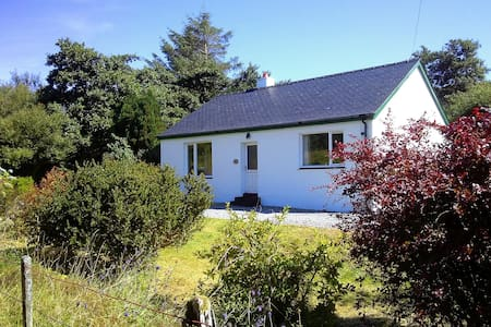 Cosy south Skye cottage with garden - Rumah