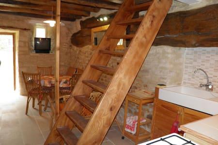Studio en duplex dans habitation très ancienne. - Aamiaismajoitus