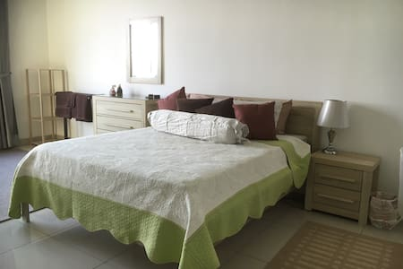 Comfy & Fun Family Home Minutes to Malls & LRT - Wohnung