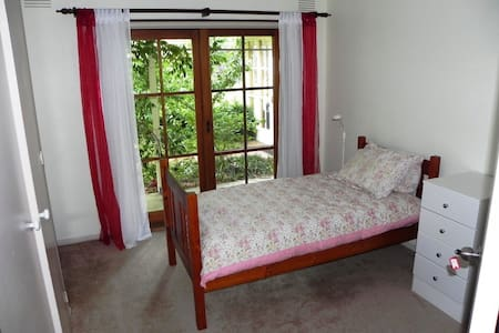 Single bed room with garden views - House
