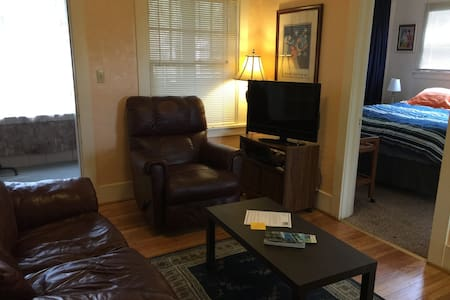 Large 1 bdrm apt w/enclosed porches - Διαμέρισμα