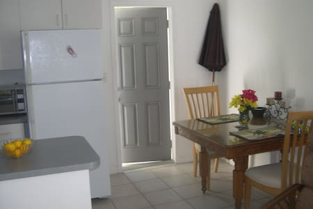 Hedy's, Right on Beach 1 Ocean View - Apartamento