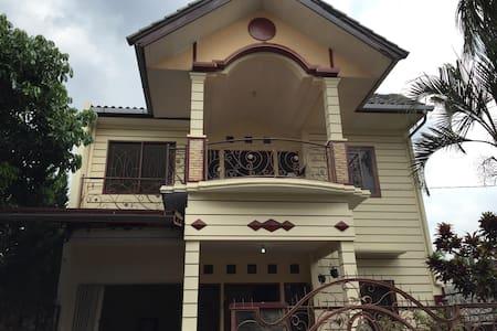 Cosy Villa Near Alun-Alun Batu - Willa